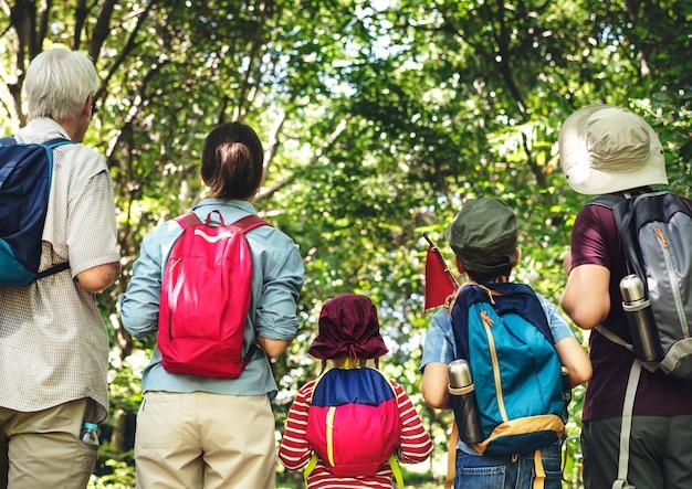 Família, hiking, em, um, floresta
