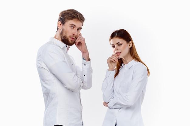 Família, homem e mulher de amigos com camisas idênticas em um fundo claro