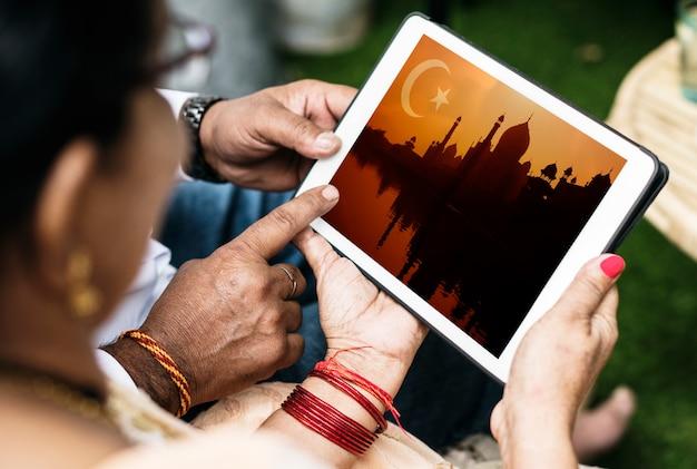 Família indiana aprendendo sobre o islã e o ramadã