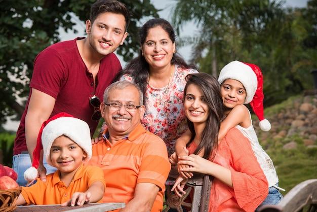 Família indiana comemorando o natal e posando para uma foto em grupo