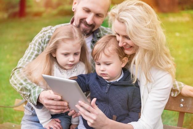 Família inteira aproveitando a internet grátis