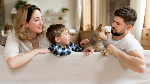 Família inteira com cachorro a passar tempo juntos