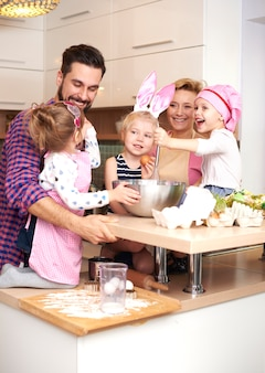 Família inteira ocupada na cozinha