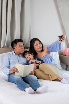 Família inteira tirando selfie