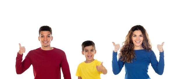 Família inter-racial feliz dizendo