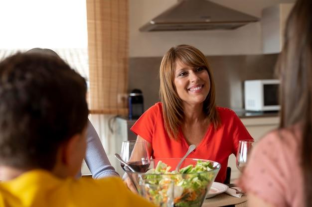 Família jantando juntos Foto Premium