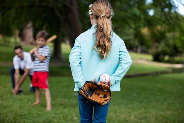 Família jogando beisebol no parque