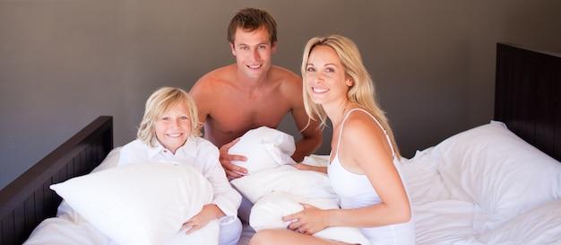 Família jogando com travesseiros