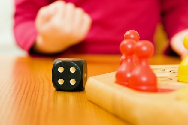 Família jogando jogo de tabuleiro