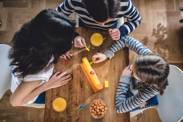 Família jogando jogos de tabuleiro em casa