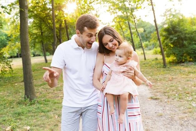 Família jovem animada com uma garotinha passando um tempo juntos