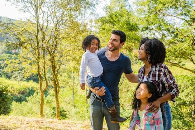Família jovem ao ar livre