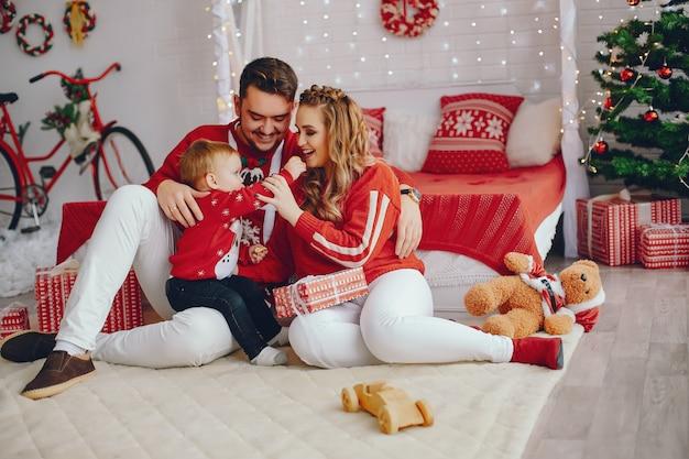 Família jovem bonito sentado em casa em uma cama
