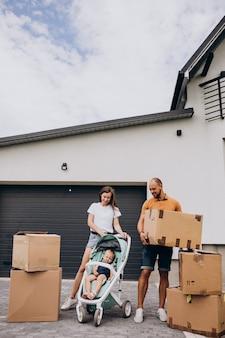 Família jovem com filha se mudando para uma nova casa