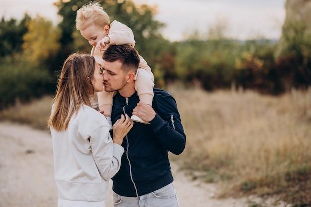 Família jovem com filho pequeno no parque