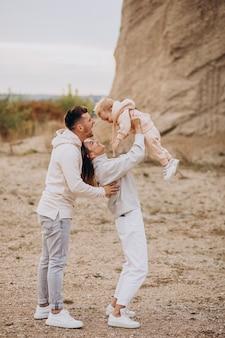 Família jovem com filho se divertindo juntos