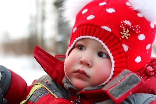 Família jovem com filhos em um passeio no parque no inverno