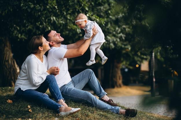 Família jovem, com, seu, filha pequena, em, outono, parque