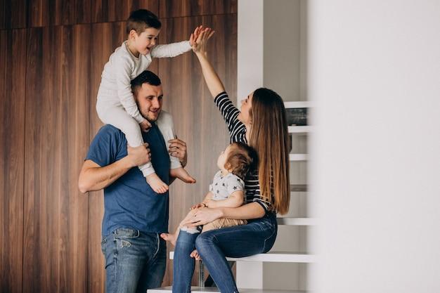 Família jovem com seu filho pequeno em casa se divertindo