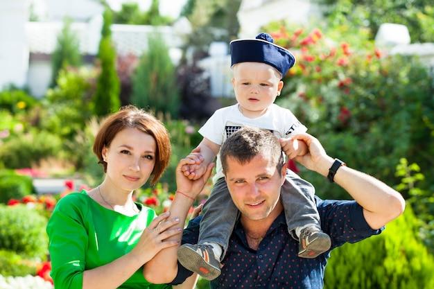 Família jovem com seu filho pequeno no parque