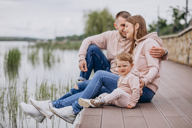 Família jovem, com, seu, pequeno, criança bebê, em, parque, por, a, lago