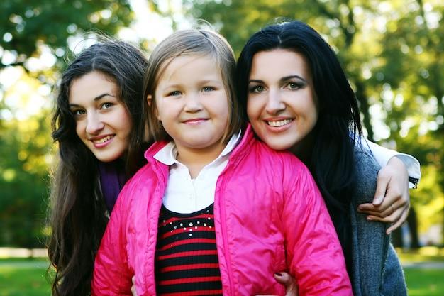 Família jovem dando um passeio saudável pelo parque outono