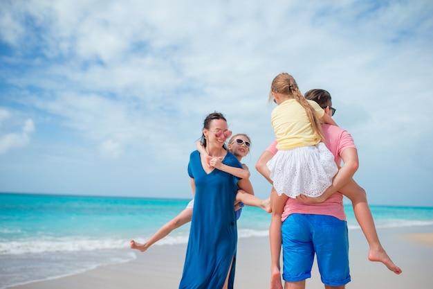 Família jovem de férias na praia.