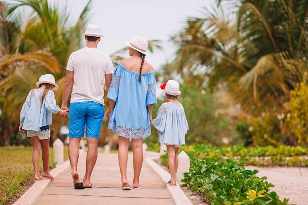 Família jovem de férias se divertindo muito