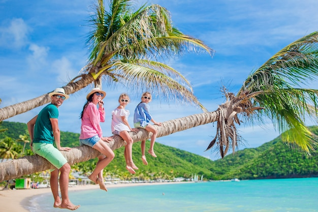 Família jovem de férias se divertir muito na palmtree
