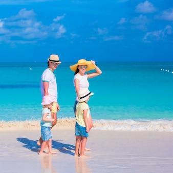 Família jovem de férias