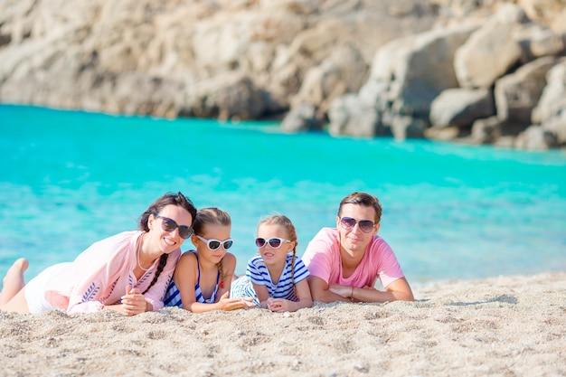 Família jovem, de, quatro, ligado, praia, férias