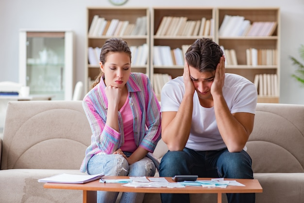 Família jovem discutindo finanças familiares