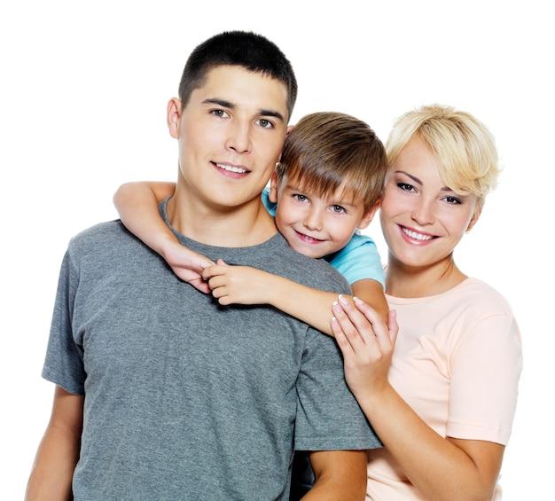 Família jovem e feliz com filho de 6 anos