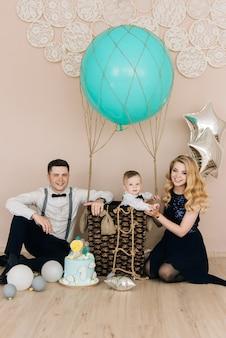 Família jovem e feliz comemora o primeiro aniversário da criança