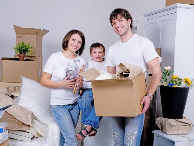 Família jovem e feliz mudando-se para o novo apartamento