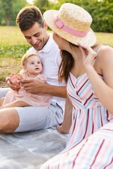 Família jovem e fofa com uma garotinha passando um tempo juntos