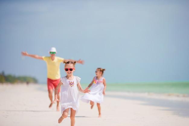 Família jovem em férias tem muita diversão