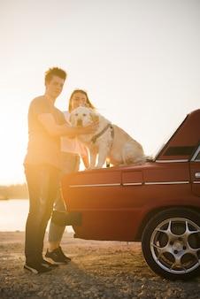 Família jovem em uma viagem com seu cachorro