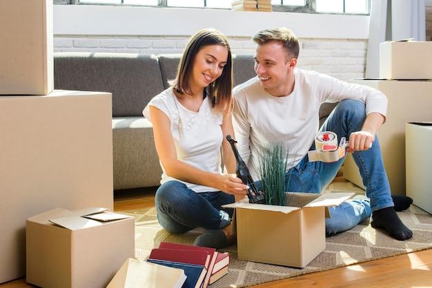 Família jovem, embalagem, seu, coisas, em, caixas