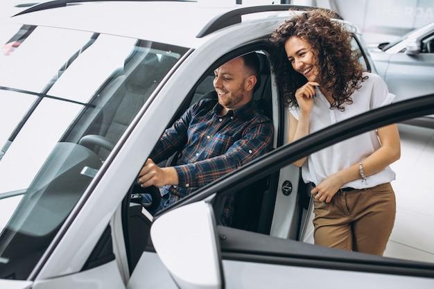 Família jovem, escolher um carro, em, um, showroom carro