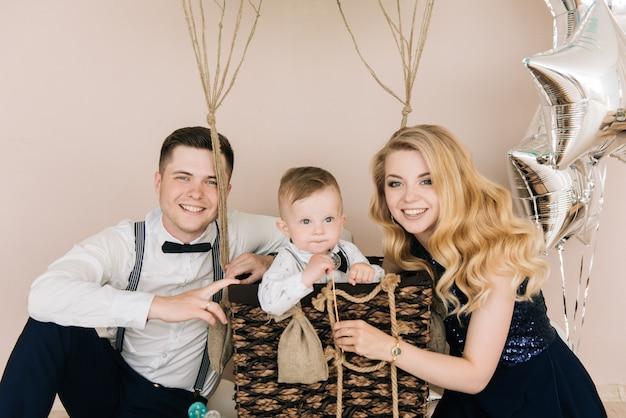 Família jovem feliz, comemorando o aniversário da criança