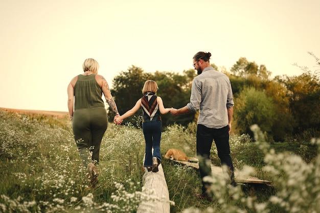 Família jovem feliz no campo