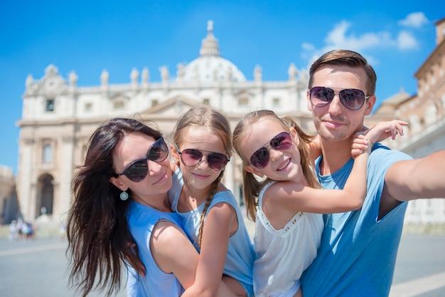Família jovem feliz tomando selfie