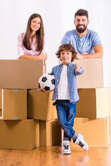 Família jovem mudou-se para um novo apartamento.