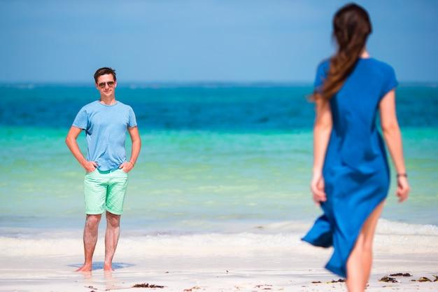 Família jovem na praia branca