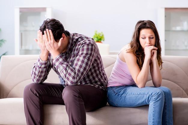 Família jovem no conceito de relacionamento quebrado