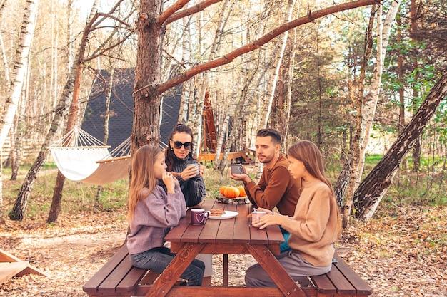 Família jovem no outono no piquenique. acampamento familiar