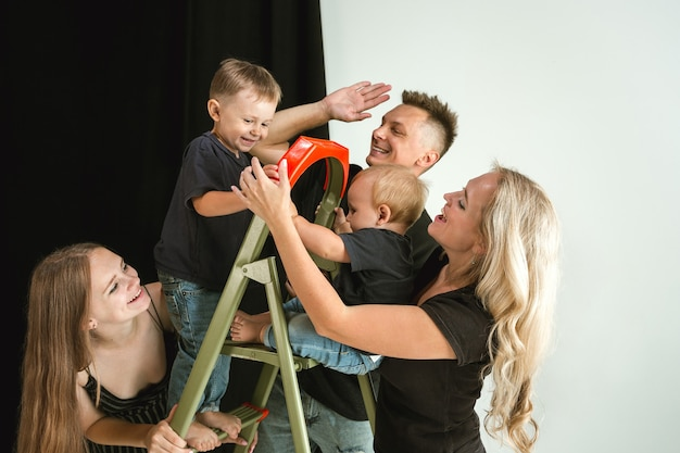 Família jovem passando um tempo juntos e sorrindo