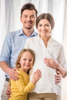 Família jovem passar tempo juntos em casa.