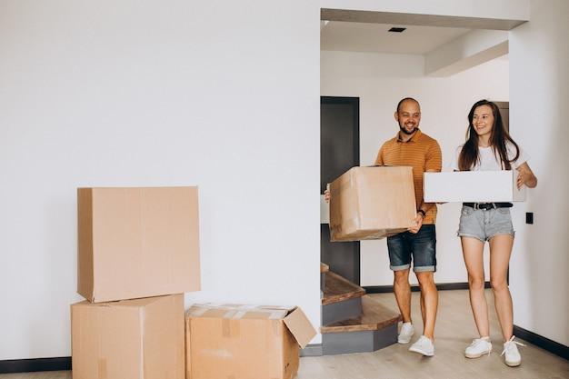 Família jovem se mudando para sua nova casa